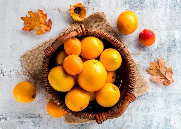 Vue de dessus panier d'oranges mûres Photo gratuit