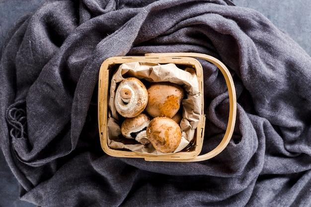 Vue de dessus panier plein de champignons Photo gratuit