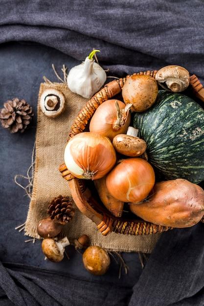 Vue de dessus panier plein de légumes d'automne Photo gratuit
