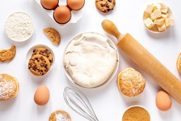 Vue De Dessus Pâte Et Délicieux Biscuits Photo gratuit