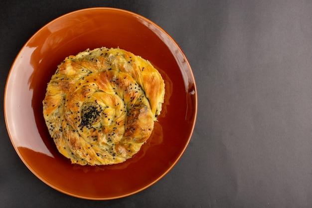 Vue De Dessus De La Pâtisserie Avec De La Viande Délicieux Repas De Pâte à L'intérieur De La Plaque Brune Sur Une Surface Sombre Photo gratuit