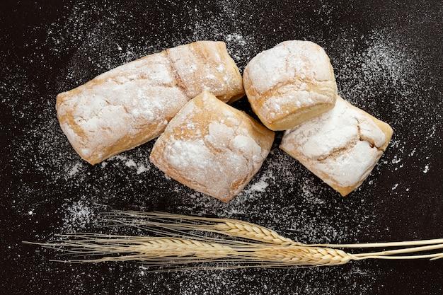 Vue de dessus des pâtisseries sur fond noir Photo gratuit