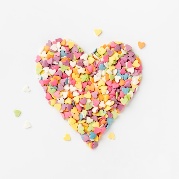 Vue de dessus de pépites colorées en forme de coeur Photo gratuit