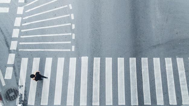 Vue de dessus des personnes marchent sur la rue carrefour piétonnier dans la rue de la ville. Photo Premium