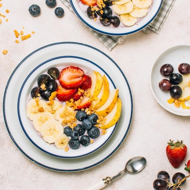 Vue de dessus petit déjeuner sain avec la recette de l'avoine et des fruits Photo gratuit