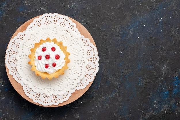 Vue De Dessus Petit Gâteau Crémeux Aux Fruits Rouges Sur La Surface Sombre Douce Photo gratuit