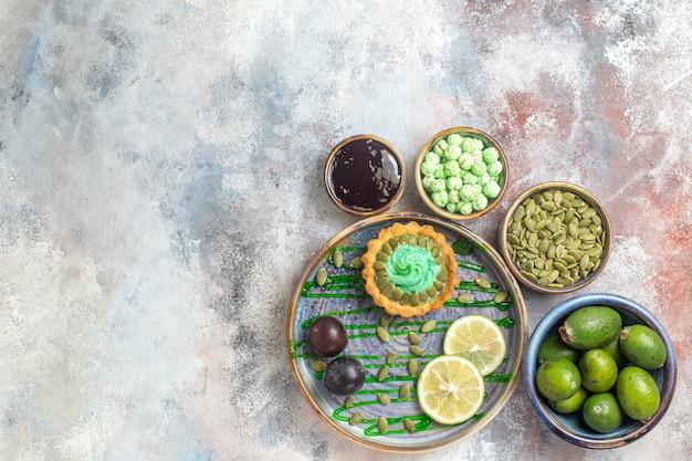 Vue De Dessus Petit Gâteau Crémeux Aux Fruits Photo gratuit