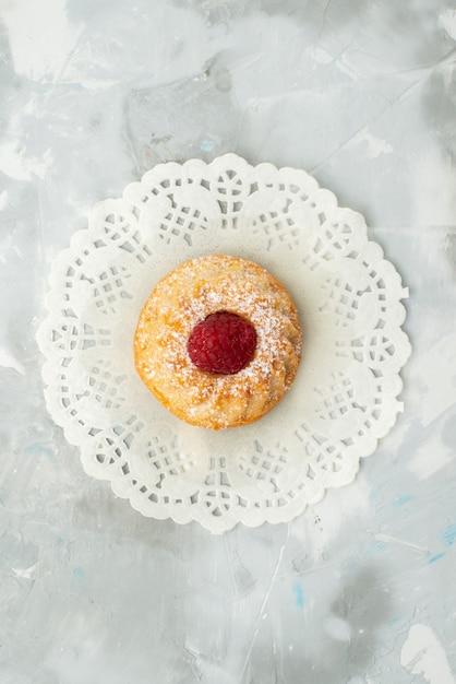Vue De Dessus Petit Gâteau Délicieux à La Framboise Sur La Pâte Sucrée De Bureau Léger Photo gratuit
