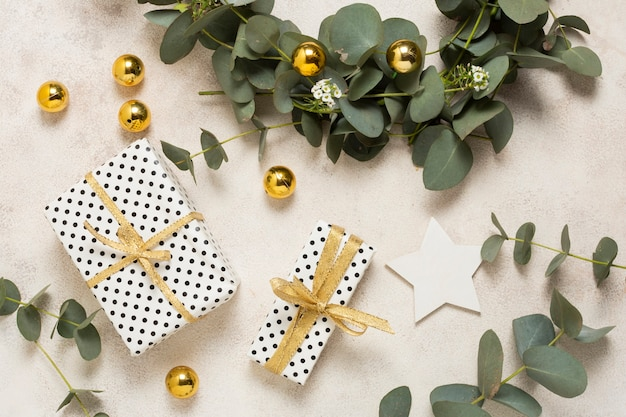 Vue De Dessus, Petits Cadeaux Emballés Sur Une Table Photo gratuit
