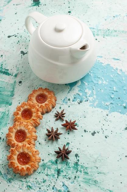 Vue De Dessus Petits Cookies Avec Bouilloire Sur Surface Bleu Clair Photo gratuit