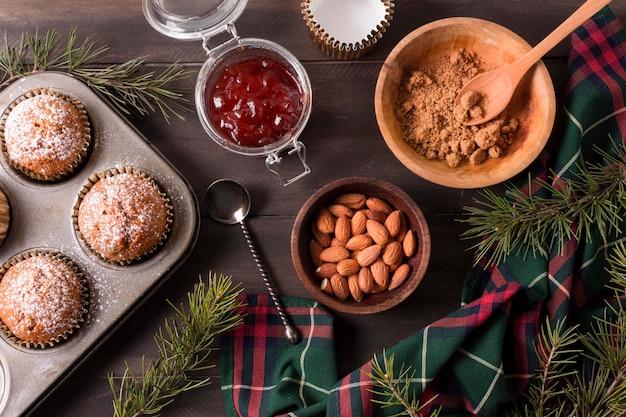 Vue De Dessus Des Petits Gâteaux De Noël Avec De La Confiture Et Des Amandes Photo gratuit