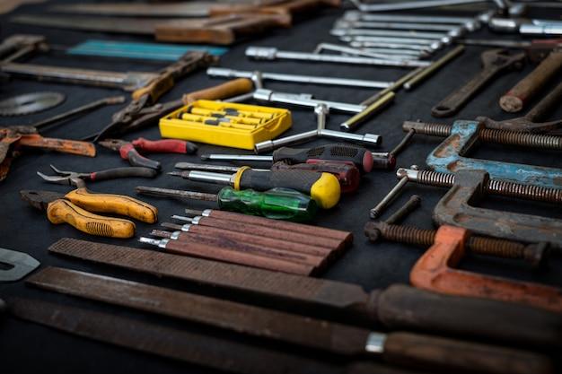Vue De Dessus Photo Une énorme Collection De Jeu D'outils à Main Et électriques Pour Le Bois Sur Une Surface Noire Isolée Photo Premium