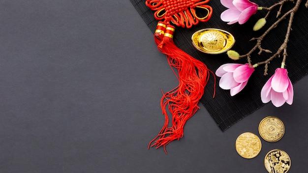 Vue de dessus des pièces d'or et magnolia nouvel an chinois Photo gratuit