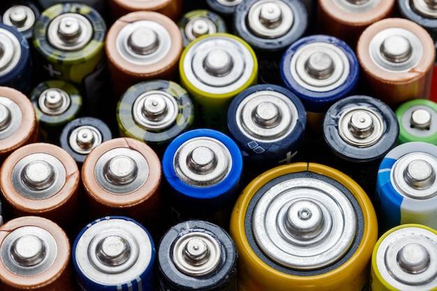 Vue De Dessus. Piles Alcalines Usagées De Différentes Tailles Photo Premium