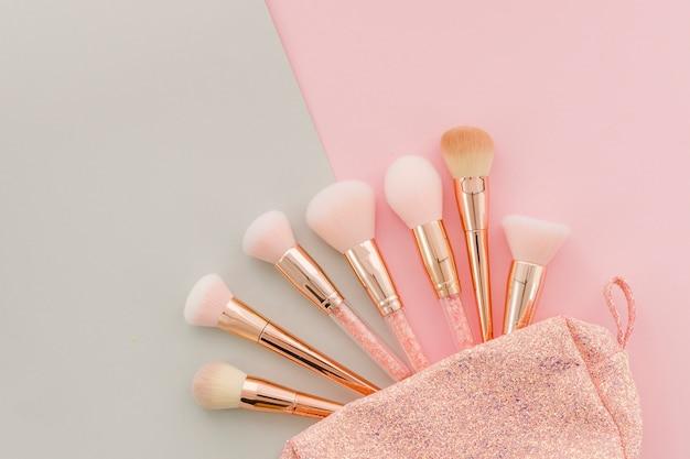 Vue de dessus pinceaux de maquillage dans la trousse de toilette Photo gratuit