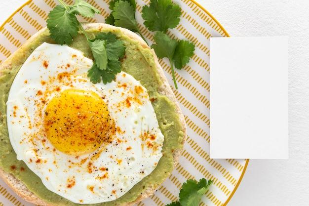 Vue De Dessus Pita Avec Tartinade D'avocat Et œuf Frit Avec Rectangle Vierge Photo gratuit