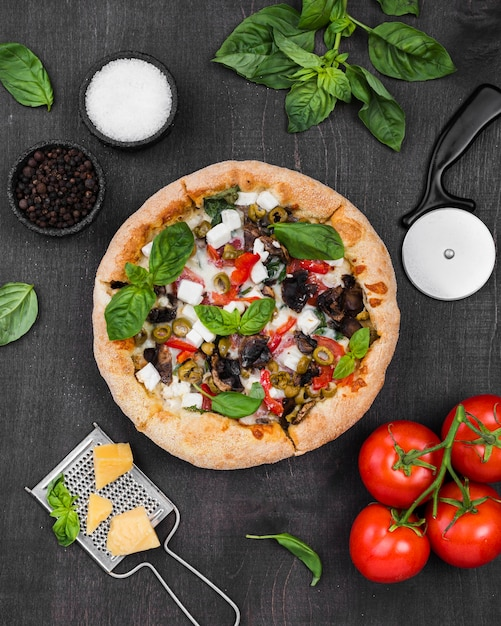 Vue De Dessus Pizza Avec Arrangement De Tomates Photo Premium