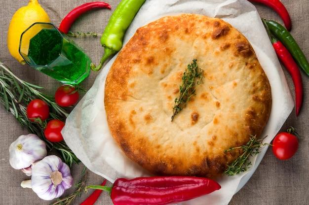 Vue de dessus de la pizza calzone ou de la tourte aux champignons et au poulet avec légumes Photo Premium