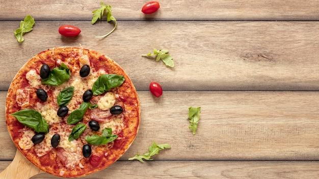 Vue de dessus avec pizza et espace de copie Photo gratuit