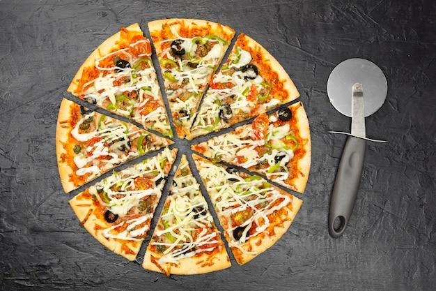 Vue de dessus de pizza en tranches Photo gratuit