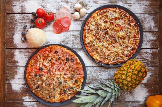 Vue de dessus des pizzas italiennes des quatre saisons et des pizzas hawaïennes Photo gratuit