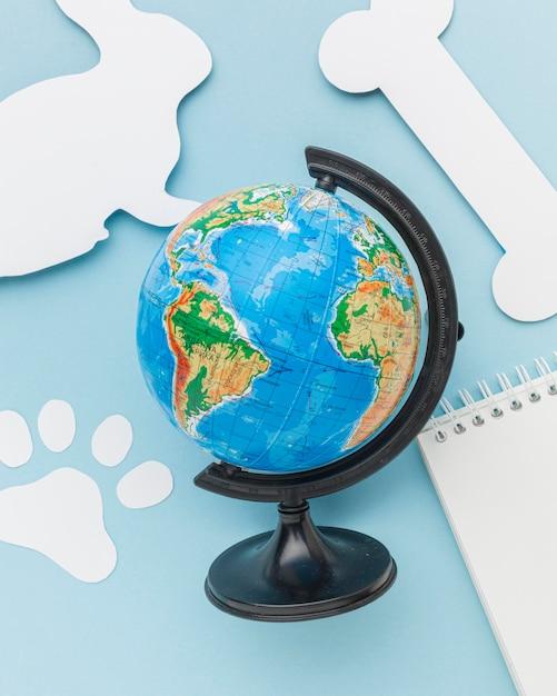Vue De Dessus De La Planète Terre Avec Lapin En Papier Et Empreinte De Patte Pour La Journée Des Animaux Photo gratuit