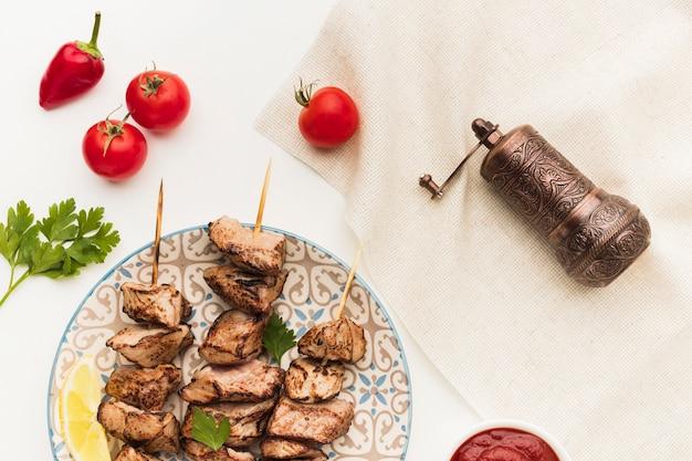 Vue De Dessus De La Plaque Avec Un Délicieux Kebab Et Un Moulin à Condiments Photo gratuit