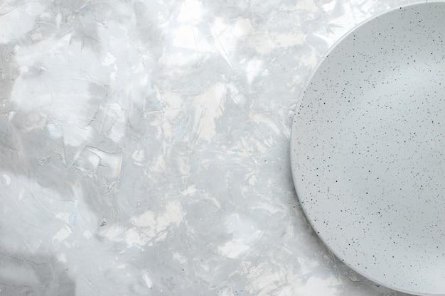 Vue De Dessus De La Plaque Grise Vide Sur La Lumière, Les Couverts De Cuisine Plaque Photo gratuit