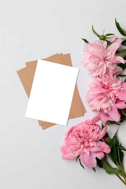 Vue de dessus plat poser de carte minimaliste horizontale avec des fleurs Photo Premium