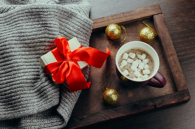 Vue de dessus plat poser confortable vacances carte festive chocolat chaud Photo Premium