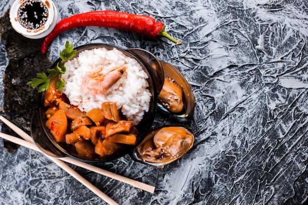 Vue de dessus de plat de riz et de crevettes Photo gratuit