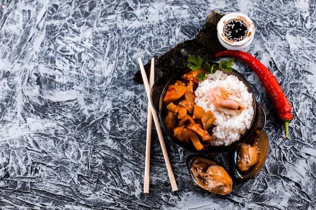 Vue de dessus plat de riz et fruits de mer avec espace de copie Photo gratuit