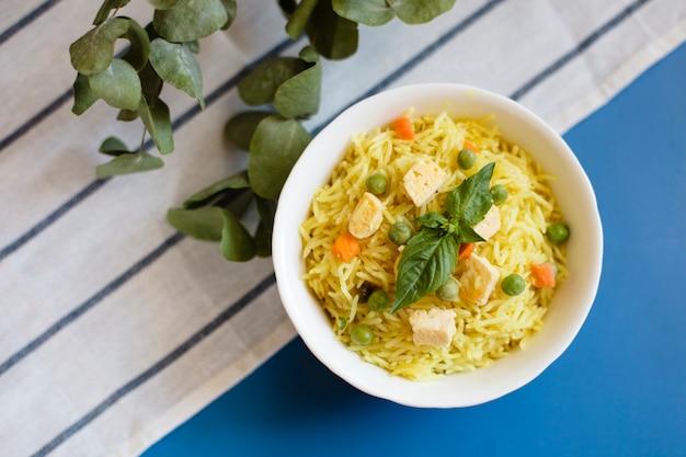 Vue de dessus des plats traditionnels indiens avec du riz et du poulet Photo gratuit