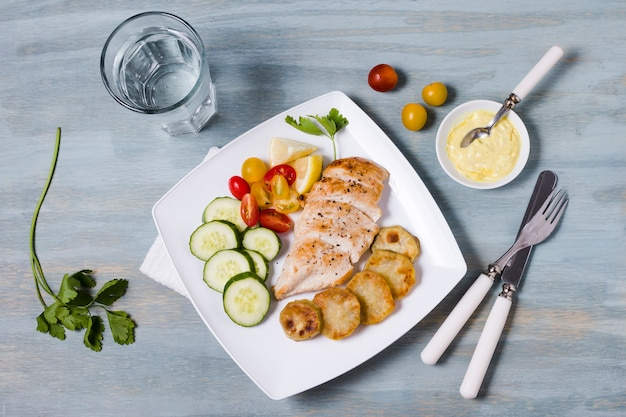 Vue de dessus de poitrine de poulet avec assortiment de légumes Photo gratuit