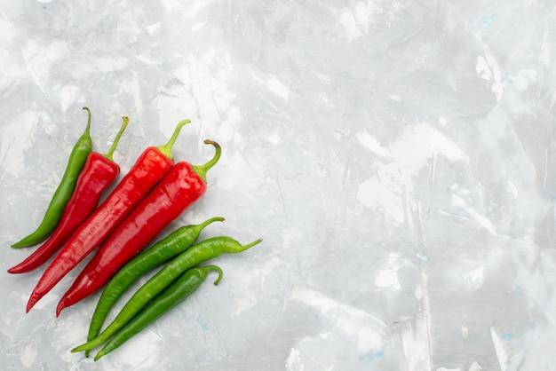 Vue De Dessus Poivrons épicés Colorés Vert Et Rouge Sur Gris Photo gratuit