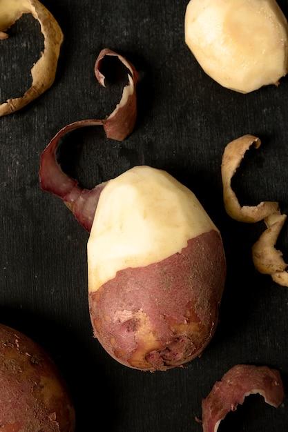 Vue De Dessus De La Pomme De Terre à Moitié Pelée Photo gratuit
