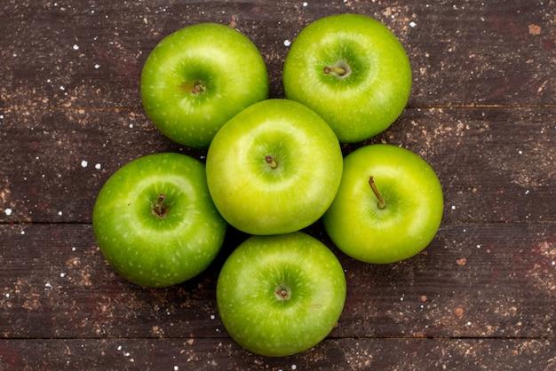 Une Vue De Dessus Pomme Verte Fraîche Aigre Et Moelleuse Sur Le Fond Sombre De La Couleur Des Fruits Vitamine Photo gratuit