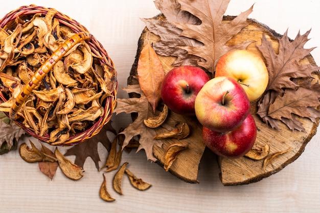 Vue de dessus des pommes et des feuilles d'automne fond Photo gratuit