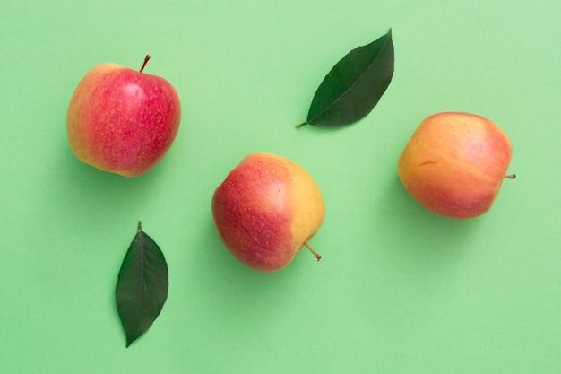 Vue de dessus des pommes avec des feuilles Photo gratuit