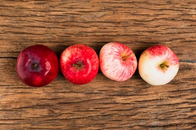 Vue de dessus des pommes sur une table en bois Photo gratuit