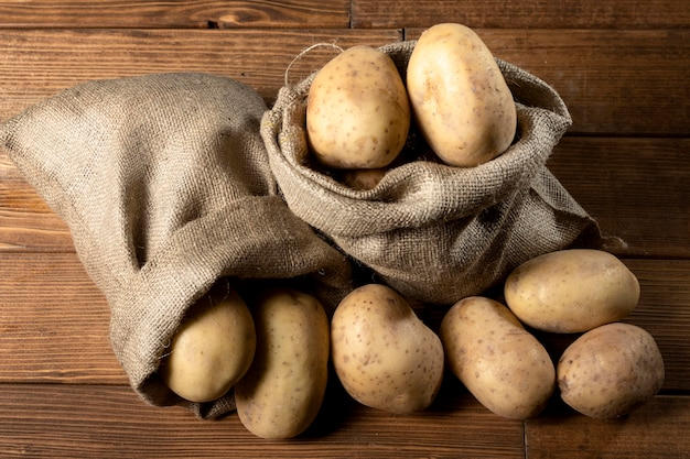 Vue De Dessus Des Pommes De Terre Dans Un Sac De Jute Photo gratuit