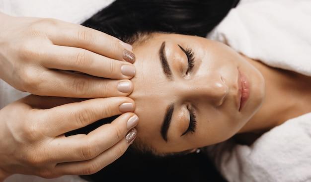 Vue De Dessus, Portrait, De, A, Caucasien, Femme, Mensonge, Et, Avoir, A, Séance Spa, De, Massage Facial Photo Premium