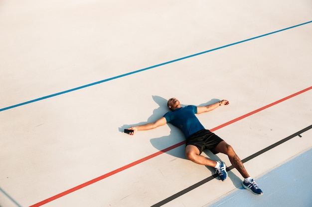 Vue De Dessus Portrait D'un Jeune Homme De Fitness Africain épuisé Photo gratuit