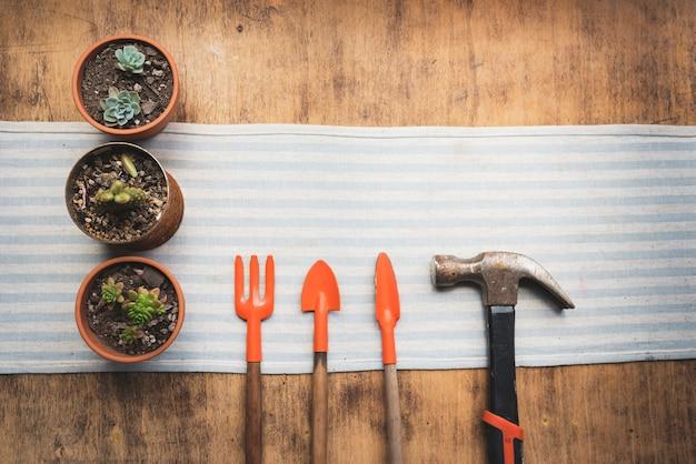 Vue de dessus des pots de fleurs avec des outils de jardinage Photo gratuit