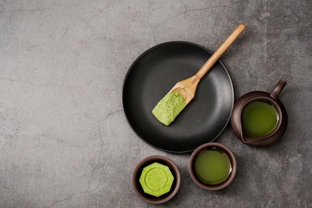 Vue de dessus de la poudre de thé matcha dans une cuillère en bois Photo gratuit
