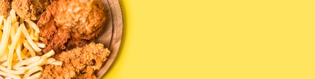 Vue De Dessus Poulet Frit Et Frites Avec Copie-espace Photo gratuit