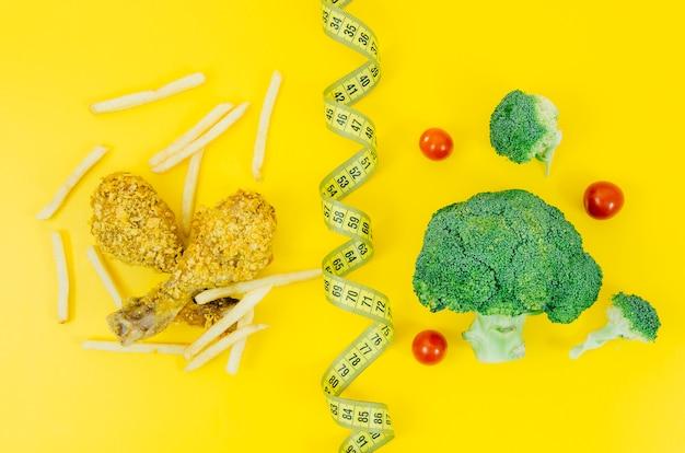 Vue de dessus poulet frit vs brocoli Photo gratuit