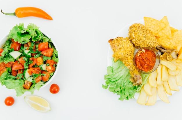 Vue de dessus poulet frit vs salade Photo gratuit