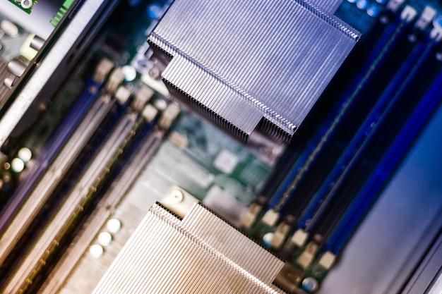Vue de dessus pour la carte mère du serveur de données. fermer le système de refroidissement du processeur du serveur. tonique. Photo Premium