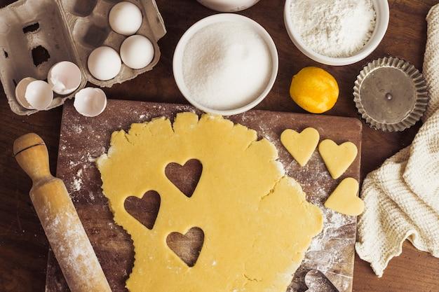 Vue de dessus préparation de la pâte à tarte Photo gratuit